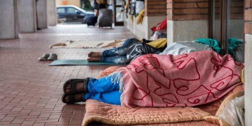 Migranti-dormono-sui-pavimenti-della-stazione-FS-di-Como